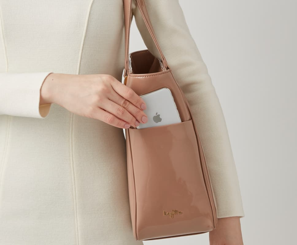 08_Airy_Tote_Feature_Side_Pocket.jpg