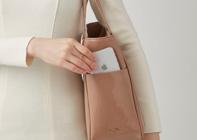 08_Airy_Tote_Feature_Side_Pocket_Mobile.jpg